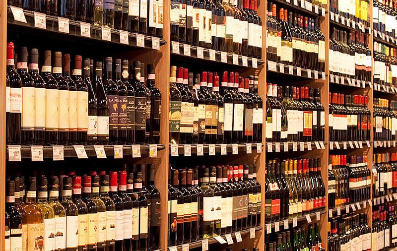 Supermarktregal mit Weinflaschen