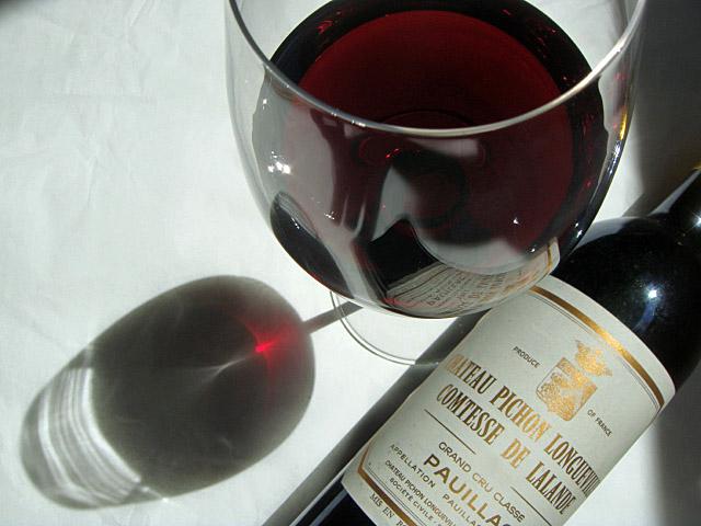 Liegende Bordeauxflasche mit gefülltem Glas