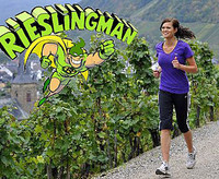 Mandy Großgarten beim Joggen durch die Weinberge. Sie trainiert für den Rieslingman 2011