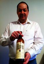 Ulrich Sautter mit seinem frisch ersteigerten Wein