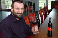 Josef Pöckl nimmt seine Weine unter die Lupe, ©: Weingut Pöckl/Mädl