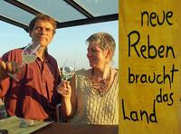"""Das Pfälzer Bio-Winzerehepaar Klaus und Susanne Rummel mit ihrem Slogan """"Neue Reben braucht das Land"""""""
