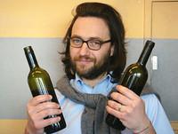 Winzer Michele Manelli mit zwei Flaschen Vino Nobile di Montepulciano Salco