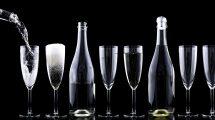Sektgläser und Flaschen