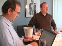 Weinjournalisten am Laptop