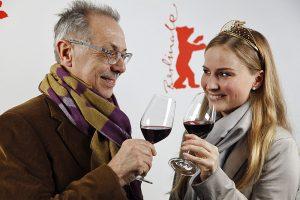 Weinprobe bei der Berlinale: Dieter Kosslick und die Deutsche Weinkoenigin Annika Strebel   Foto: Berlinale