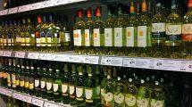 Weissweine im Supermarktregal
