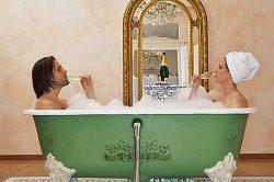 Junges Paar sitzt in der Badewanne und trinkt Champagner | Foto: The Cadogan Hotel