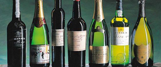 Reihe von Weinflaschen mit verschiedenen Etiketten