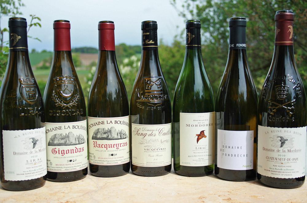 Einige Flaschen des Jahrgangs 2010 an der Südlichen Rhône