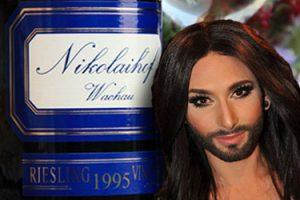 Conchita Wurst und der mit 100 Parker-Punkten ausgezeichnete Riesling des Nikolaihof