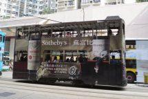 Tram mit Wein-Reklame