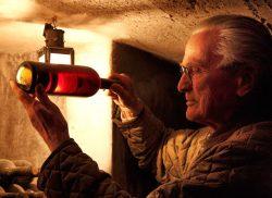 Franco Biondi Santi mit einer Flasche 1888er Brunello