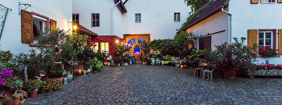 Blumengeschmückter Innenhof bei Ben Rothmeier