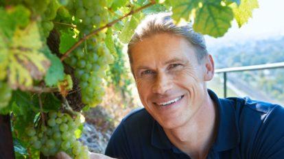 Nahaufnahme von Roman Niewodniczanski vom Weingut Van Volxem in den Weinbergen
