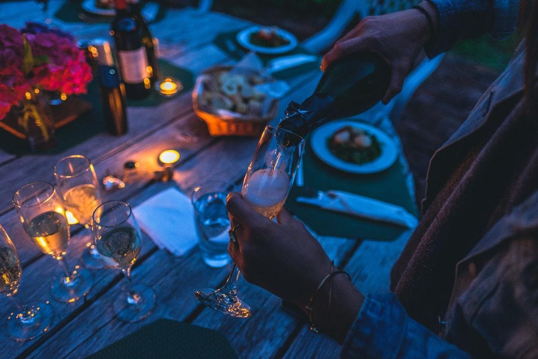 Champagner wird eingegossen Sekt Schaumwein
