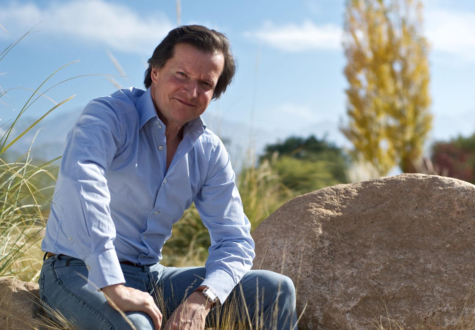 François Lurton im Hintergrund die Landschaft