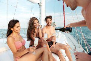 Freunde trinken Prosecco auf einem Boot