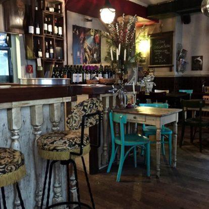 Tische in der Weinbar Bar Chérie in Düsseldorf