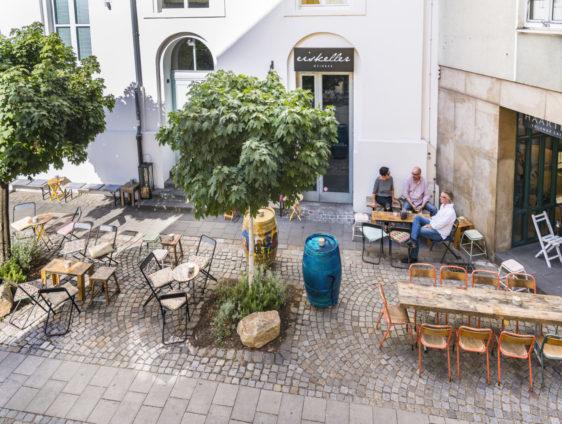 Der Innenhof der Weinbar Eiskeller in Düsseldorf