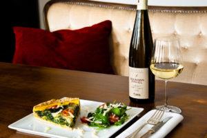 Weißwein und Quiche in der Weinbar Rheinton in Düsseldorf