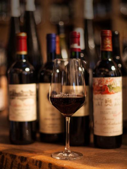 Ein Glas Rotwein in der Rocaille Weinbar in Düsseldorf