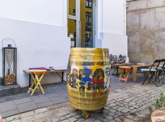 Weinfass vor der Weinbar Eiskeller in Düsseldorf