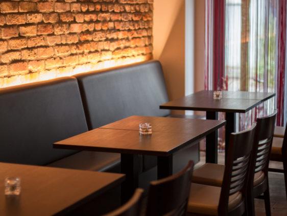 Tische in der Weinbar Le Bouchon in Düsseldorf