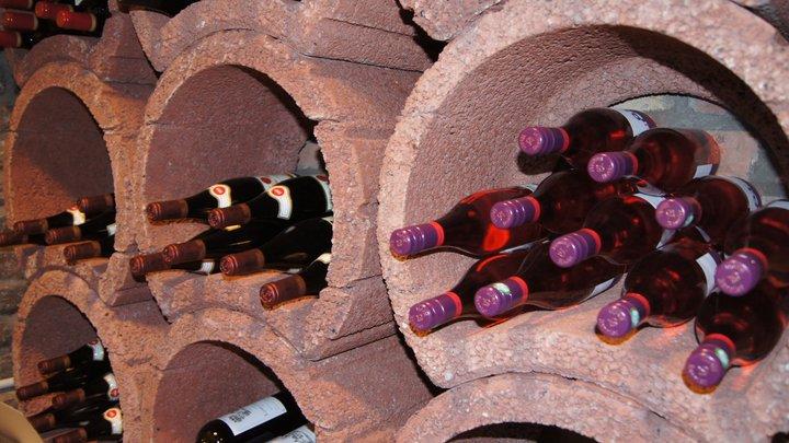 Weinregal in der Weinbar Le Bouchon in Düsseldorf