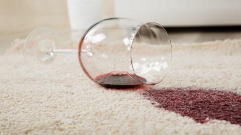 Rotweinflecken auf einem Teppich