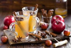 Weihnachtlicher weißer Glühwein mit Äpfeln und Gewürzen verfeinert