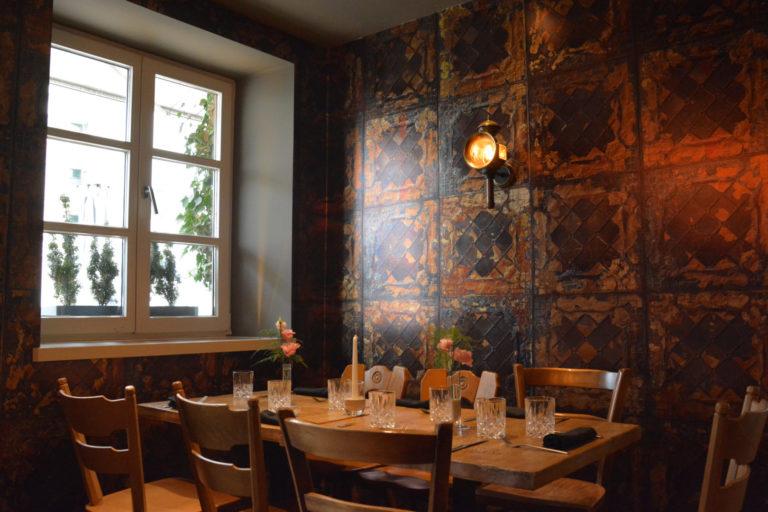 Die Weinbar Hoiz Weinbistro in München von innen