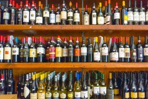 Regal voll mit Weinflaschen