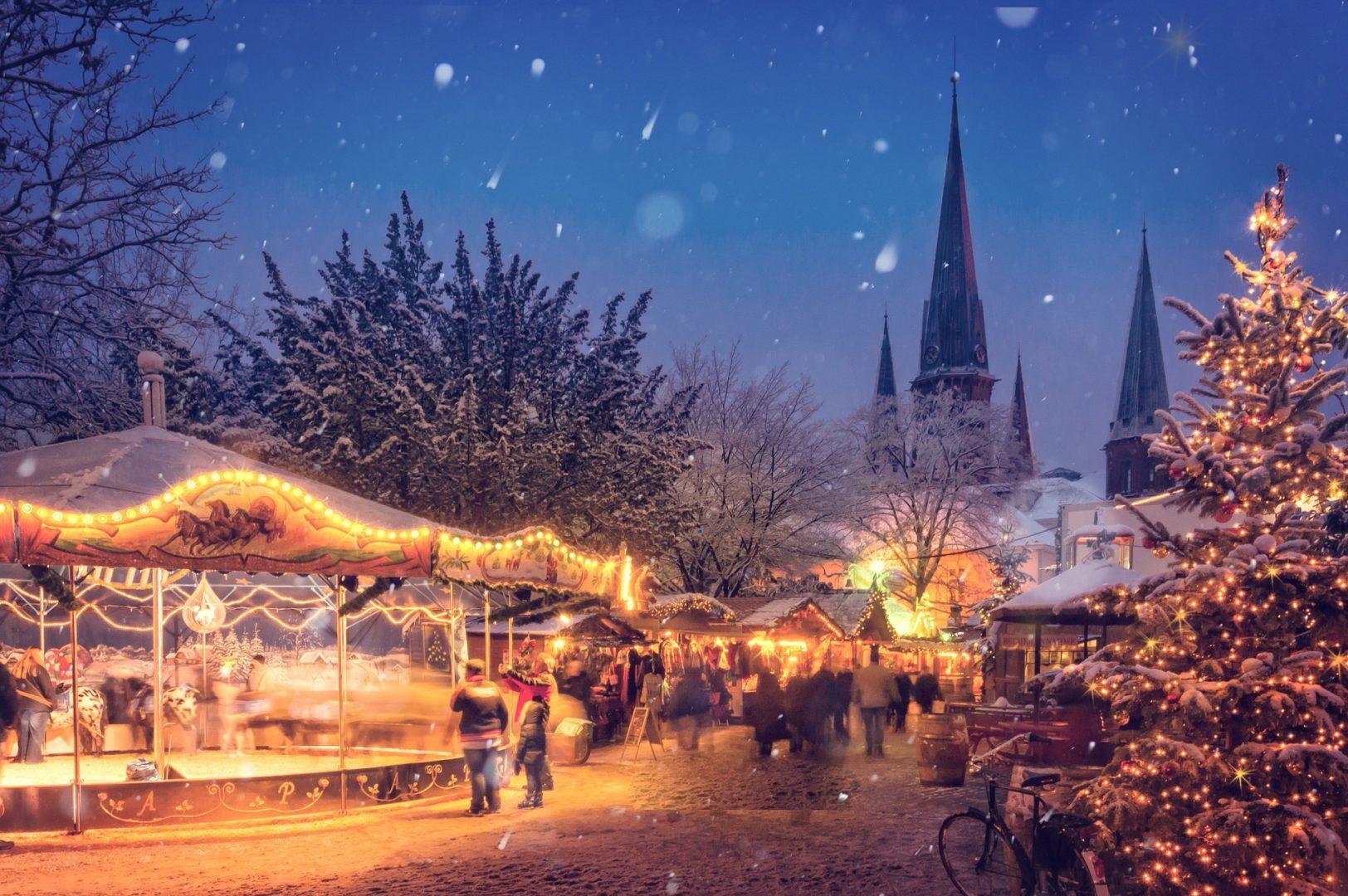 Weihnachtsmarkt in der Abenddämmerung
