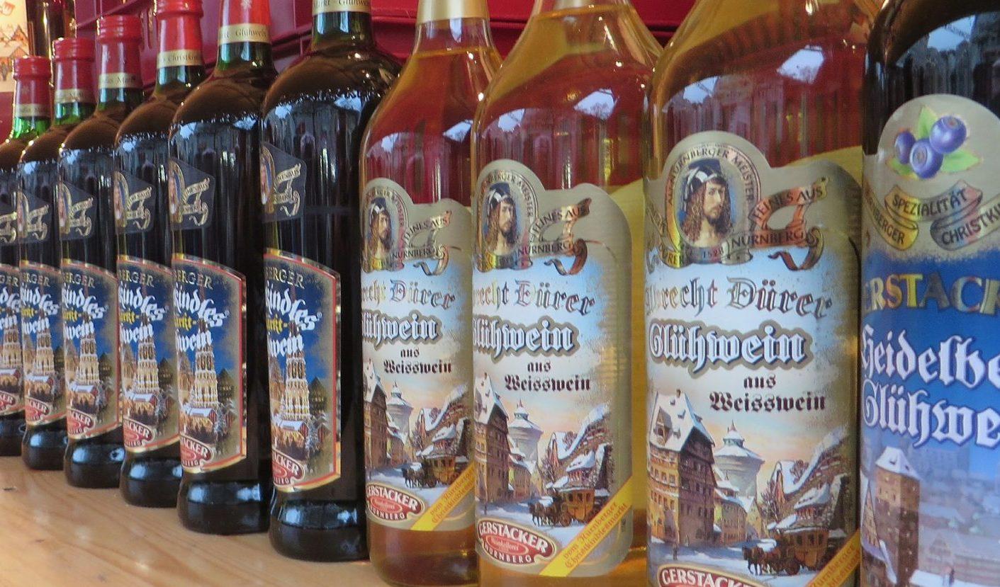 Verschiedene Flaschen weißer Glühwein