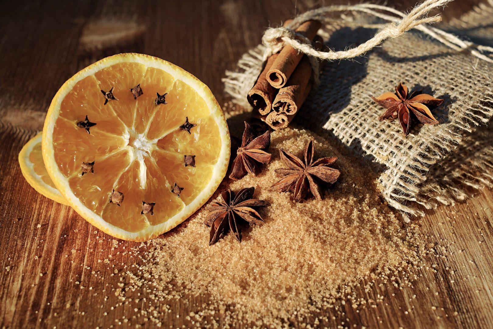 Glühwein Zutaten heute: Orange, Zimt, Sternanis, Zucker
