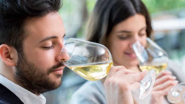Paar verkostet Weißwein