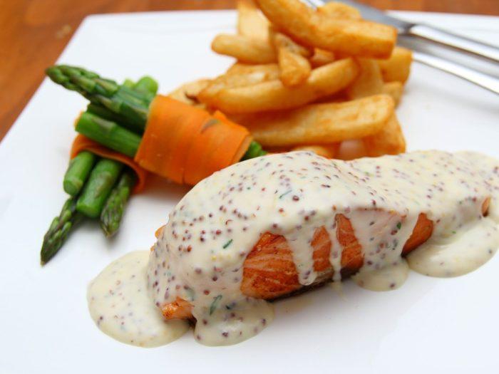 Sauce Dijonnaise auf Lachs mit Spargel und Kartoffeln