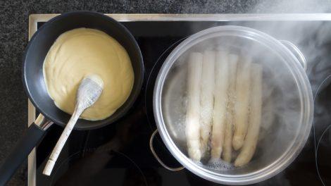 Spargel und Sauce Hollandaise auf dem Herd