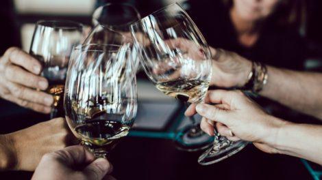 Weinglas halten