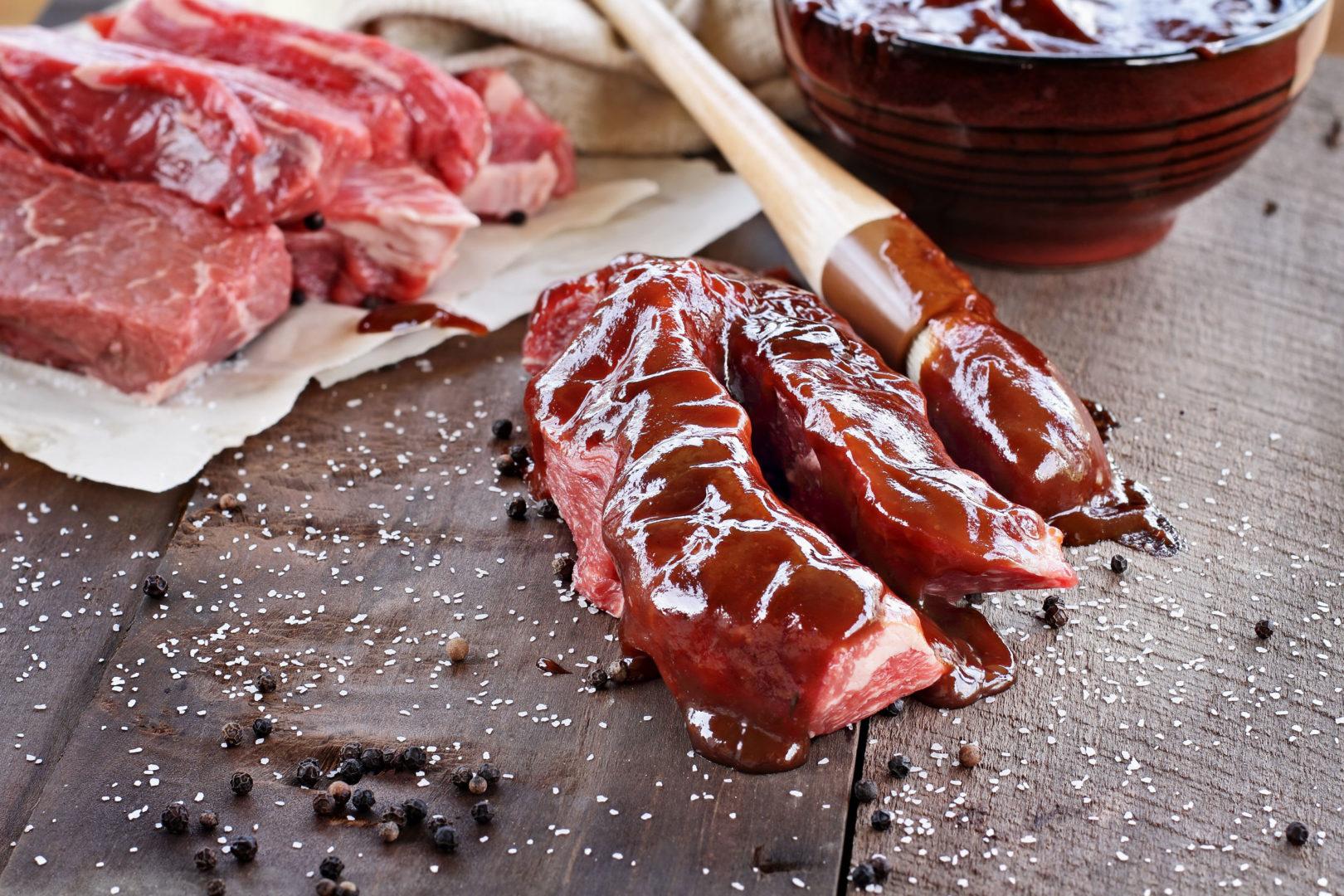 Fleisch mit Marinade zum Grillen