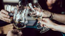 Leute trinken Wein