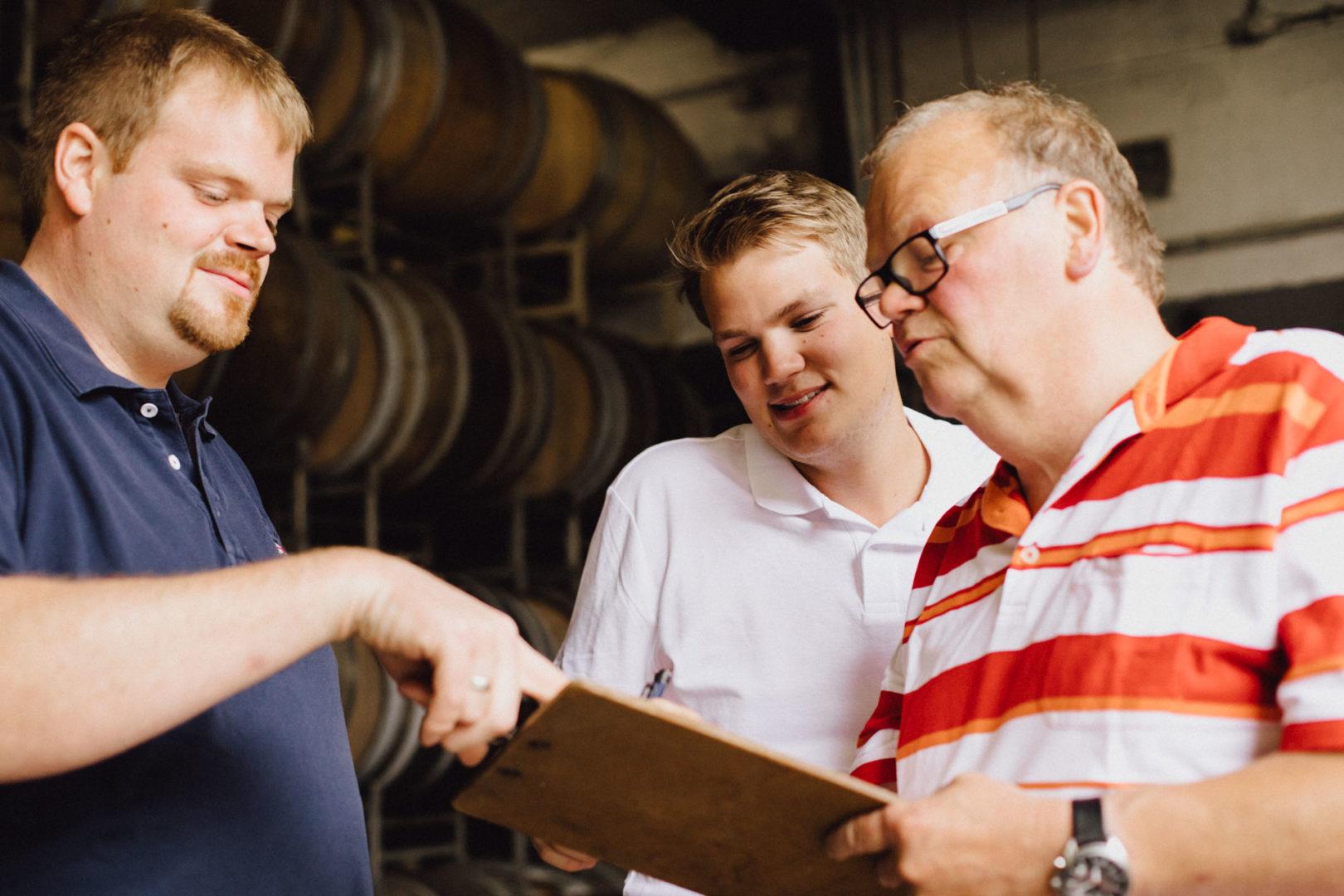 Vater Gerhard und seine Söhne vom Weingut Schenk-Siebert