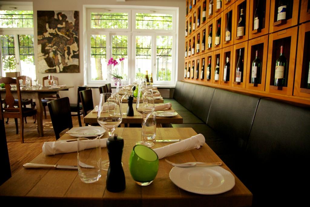 Weinbar Frankfurt Allgaiers Tische