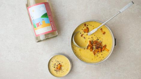 Maiscremesuppe mit Curry und Pfifferlingen, dazu Homok vom Weingut Koppitsch